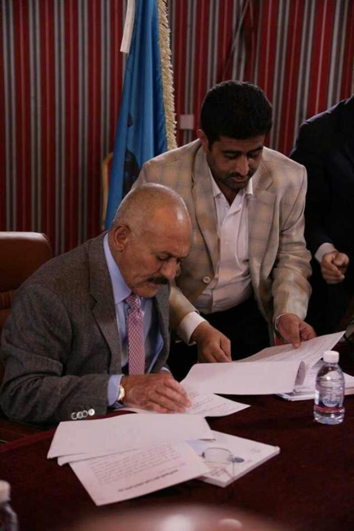 """صورة حصرية لـ )صالح ( مع """"محمد الفقيه """"المتهم باختراق مكتب الزعيم والتجسس لصالح دول التحالف"""