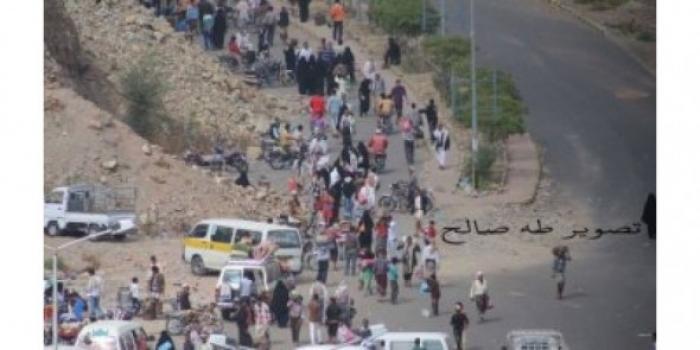 شاهد بالفيديو. . معبر الموت في تعز وكيف يعامل الحوثيين أبناء المدينة