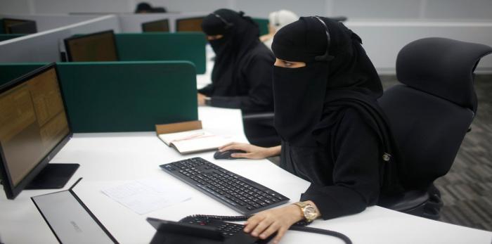 شابة سعودية تنشر «مواد إباحية» متحدية الملاحقة القانونية (فيديو)