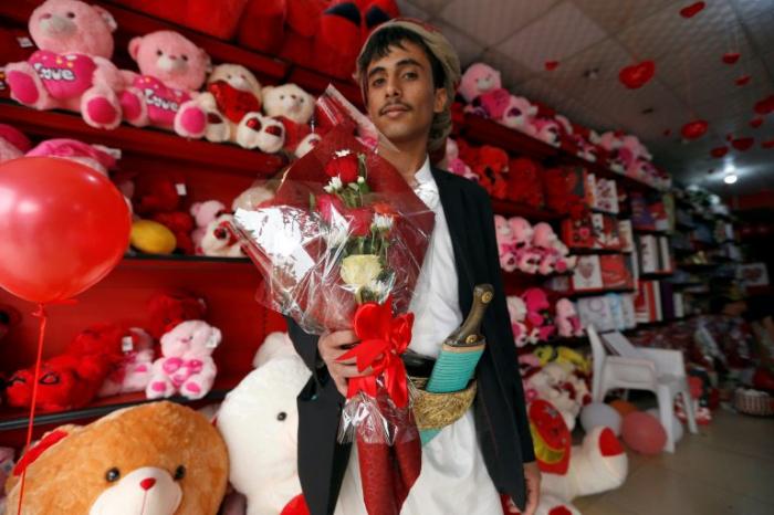 لماذا يخاف الحوثي من ظهور اللون الأحمر في صنعاء يوم  14 فبراير من كل سنة