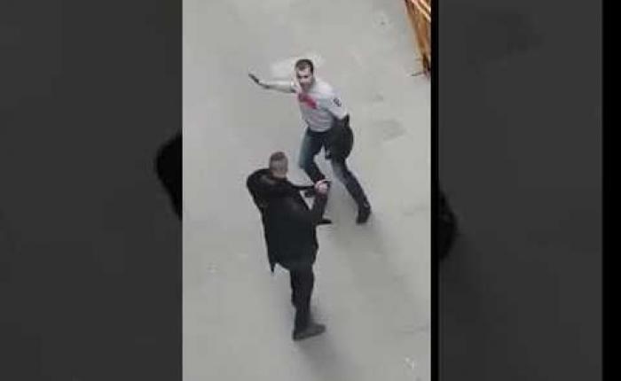 بالفيديو.. معركة طاحنة بالسيوف والسكاكين بين شابين عربيين في برشلونة