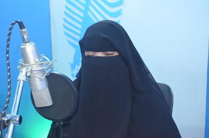 """اليمنية """"هدى"""".. مذيعة تشق طريق حلم الإعلام كفيفة"""