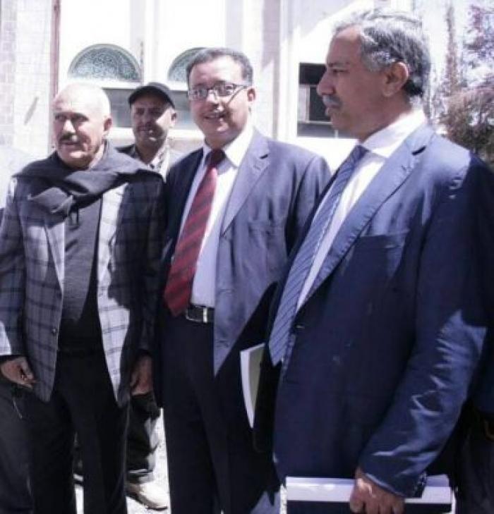 محامي المخلوع صالح : كراتين قطرية وعمانية كانت سببا في خيانة ياسر العواضي لزعيمه عفاش