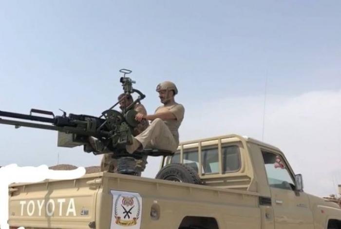 شاهد صورة طارق عفاش وهو يستعرض (مقاتلا) في الساحل الغربي