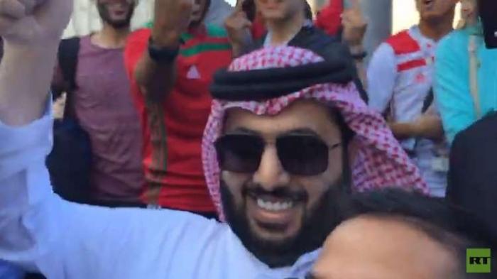 مشجعون مغاربة يصادفون السعودي تركي آل الشيخ في موسكو والنهاية غير متوقعة
