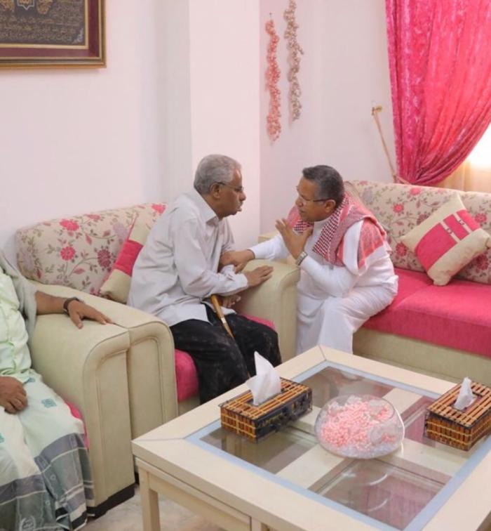 رئيس الوزراء يزور الدكتور صالح باصره ويطمئن على صحته