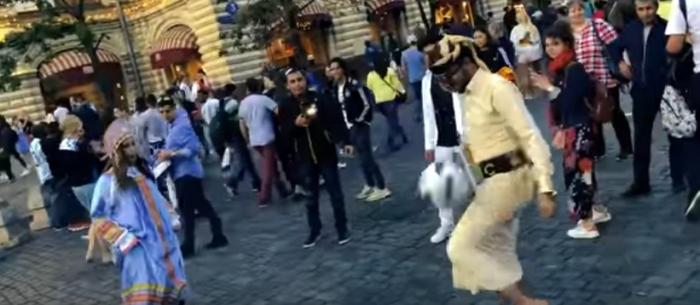 بالفيديو : كشف سر الشاب اليمني الذي خطف انظار جميلات مونديال روسيا 2018