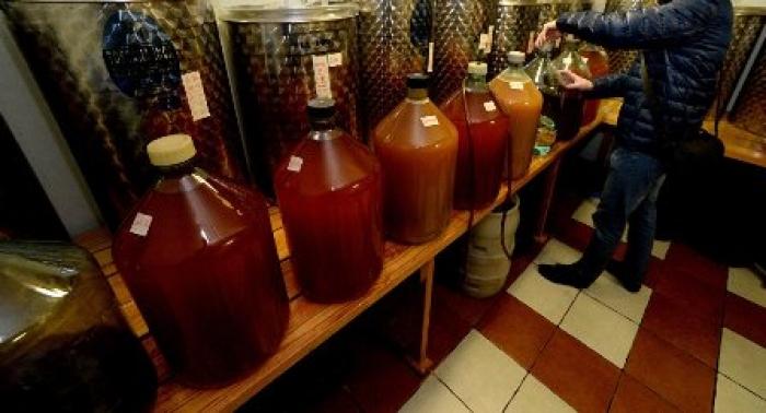 دولة عربية يتم شرب الخمور فيها على الأرصفة .. تحاول تخفيف المشهد