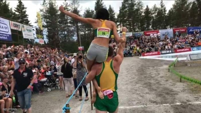"""ليتوانيا تطيح فنلندا في بطولة العالم لـ""""حمل الزوجات"""""""