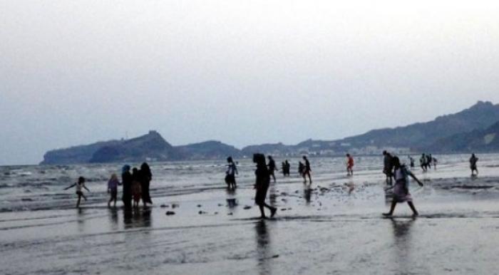 شابان يجردان فتاة من ملابسها ويلقيانها في ساحل ثم يفران بسيارتهما