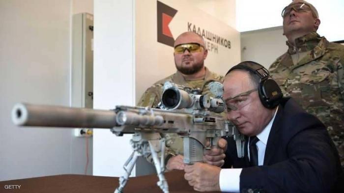 """""""القناص"""" بوتن يستعرض مهاراته من """"أبعد مسافة"""""""