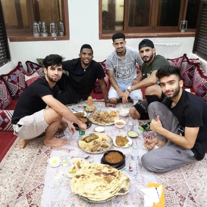 شاهد الصور : نجم عالمي شهير تعشى الليلة عشاء يمني