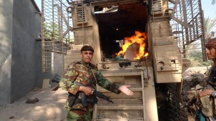 قيادي حوثي بارز يحرق دبابة إماراتية بـ''ولاعة السيد'' وهكذا كان الرد .. شاهد الصورة