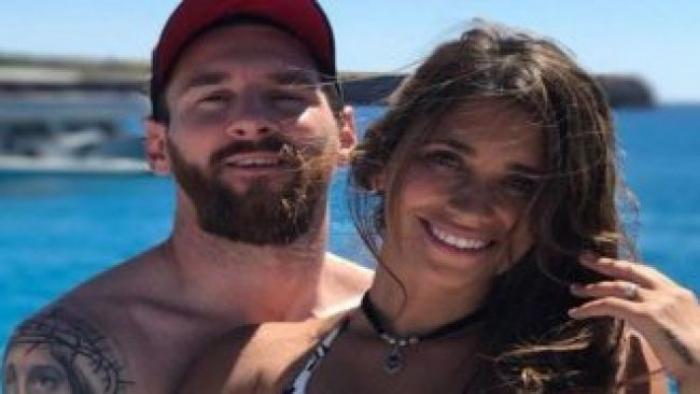 """ميسي يُثير الجدل بعد نشر صورة له بصحبة زوجته وهي ترتدي """"البكيني"""" (شاهد)"""